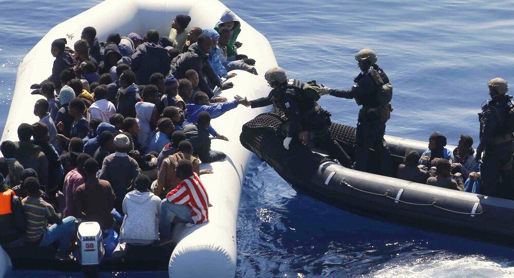 Marinha alemã resgata imigrantes no Mediterrâneo, que partiram da Líbia.