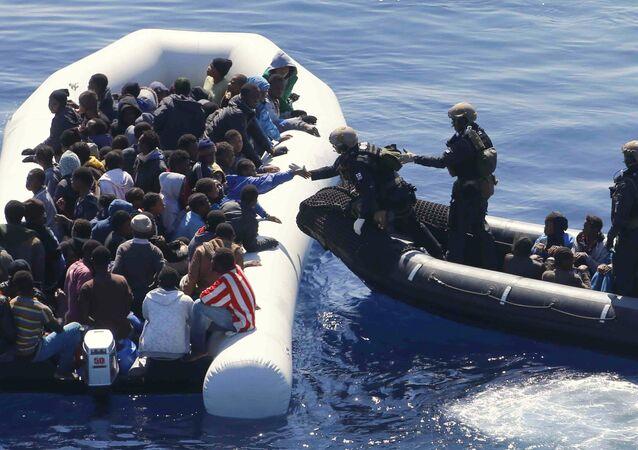 Marinha alemã resgata imigrantes no Mediterrâneo, que partiram da Líbia, 29 de março de 2016