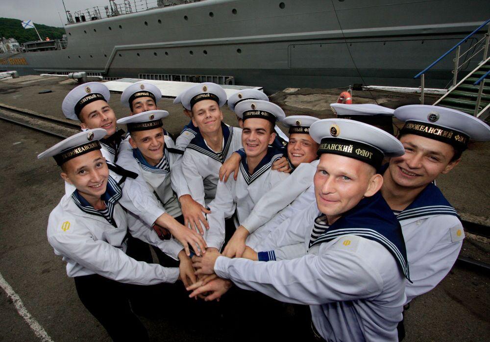 Marinheiros das frotas do Norte e do Pacífico durante a cerimônia de despedida solene do cruzador nuclear pesado Pyotr Velikiy da Frota do Norte russa, que participou nos exercícios militares Vostok-2010