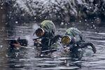 Militares do destacamento das Forças Especiais de Mergulhadores durante a execução de uma missão de combate no mar de Barents