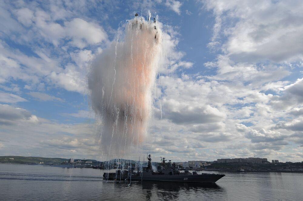 Grande navio antissubmarino Severomorsk durante a parada do Dia da Marinha russa em Severomorsk