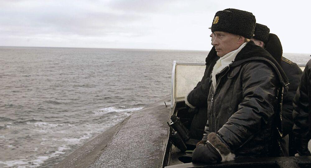 """O presidente russo, Vladimir Putin a bordo do cruzador Arkhangelsk"""" durante os exercícios da Frota do Norte"""
