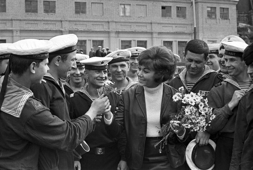 A famosa cantora russa Edita Piekha visita os marinheiros da Frota do Norte