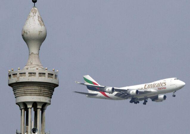 Avião da Emirates aterrando em Dubai