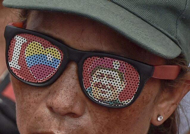 Participante de uma manifestação pro-Maduro em Caracas