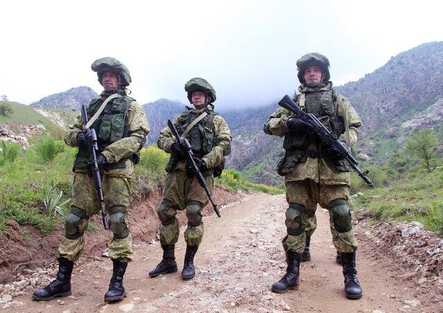 Militares russos durante os exercícios conjuntos da Organização do Tratado de Segurança Coletiva (OTSC) no Tajiquistão, abril de 2016