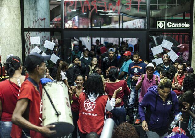 Manifestação contra Temer e contra cortes sociais na Secretaria da Presidência da República em São Paulo