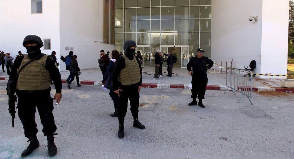 Policiais da Tunísia guardam a entrada do Museu Nacional do Bardo, em Túnis, em 19 de março de 2015