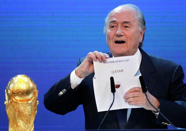 O então presidente da Fifa, Blatter, anuncia a sede do Mundial de 2022.