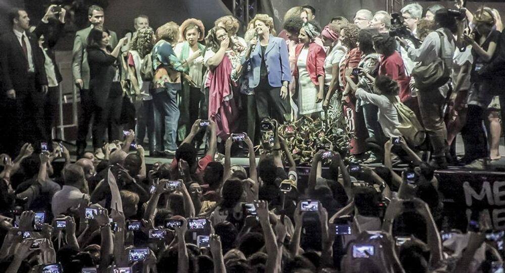 Dilma Rousseff é recebida com flores e aclamada na Marcha das Mulheres Pela Democracia, agora no Rio de Janeiro
