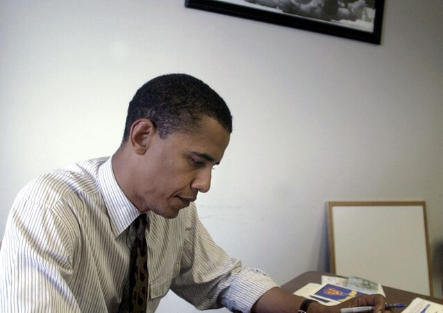 O presidente dos EUA Barack Obama perto da famosa foto em que um jovem campeão, Muhhamad Ali, de 22 anos de idade, ruge como um leão sobre o derrotado Sonny Liston