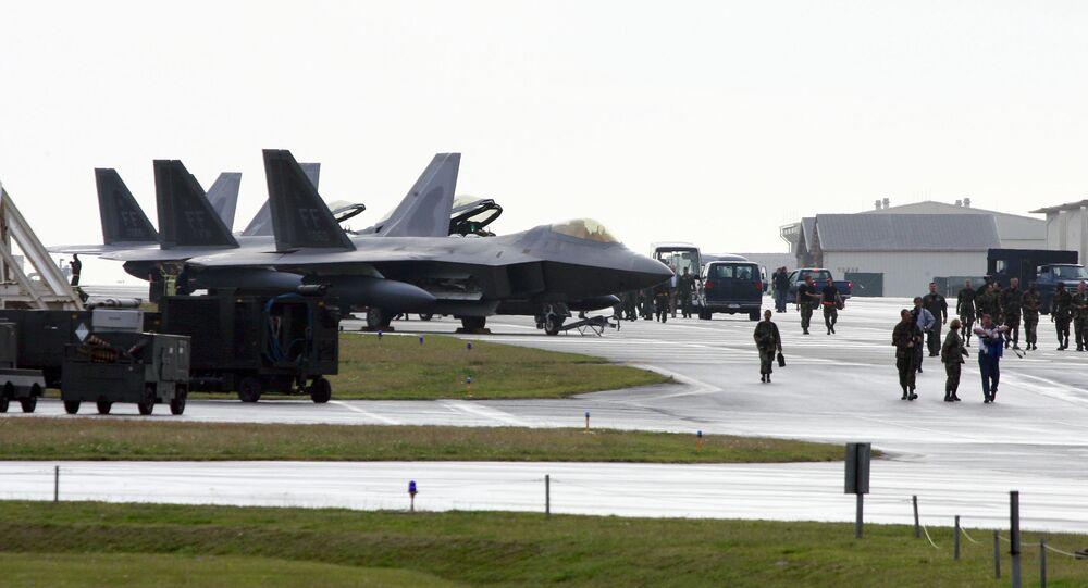 F-22A Raptor americano na Base Aérea de Kadena, no Japão
