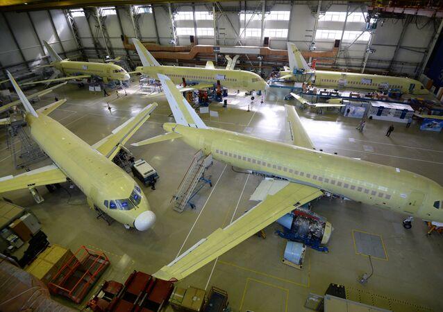 Aviões Sukhoi Superjet 100 na fábrica em Komsomolsk-no-Amur