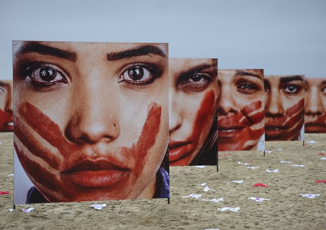 ONG Rio de Paz promove, na Praia de Copacabana, ato público contra o abuso sofrido pelas mulheres