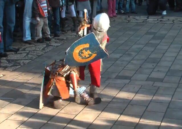 Pequenos cavaleiros cruzam espadas no parque