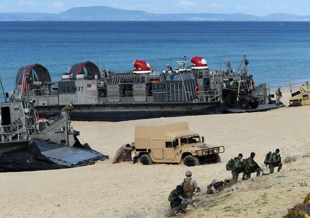Fuzileiros Navais dos EUA desembarcam durante exercícios da OTAN em Pinheiro da Cruz, na costa sul de Lisboa, em 20 de outubro de 2015