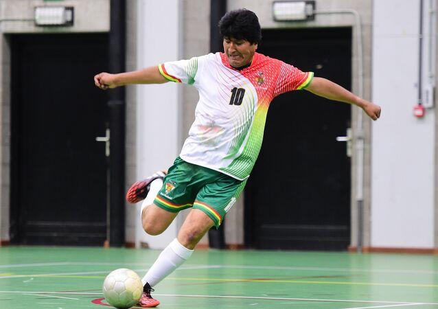Presidente da Bolívia, Evo Morales, joga futebol de salão