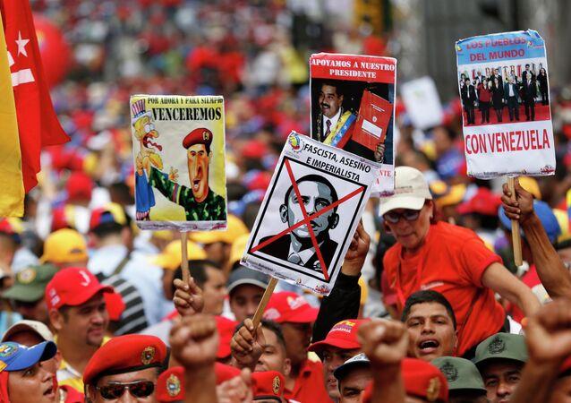 Partidários do presidente Nicolás Maduro protestam contra as políticas norte-americanas em Caracas