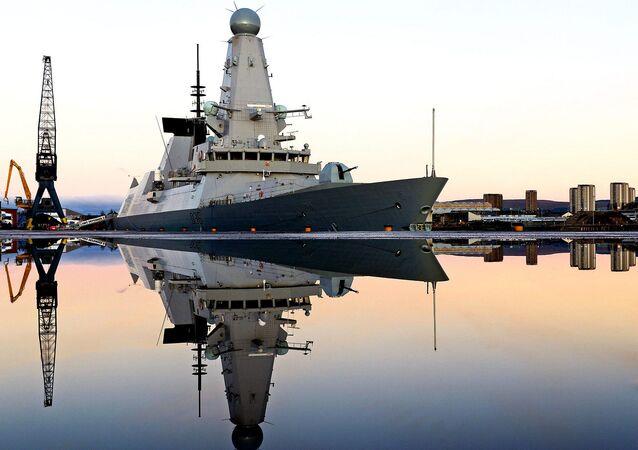 Destróier britânico Type 45 HMS Defender
