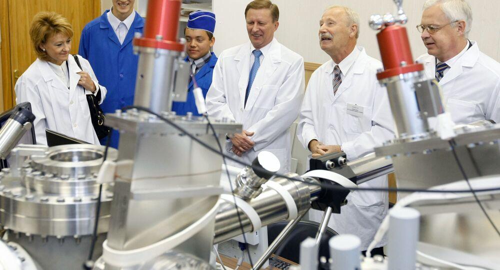 O vice-primeiro-ministro russo Sergei Ivanov com estudantes do Instituto Estatal de Eletrônica em Moscou
