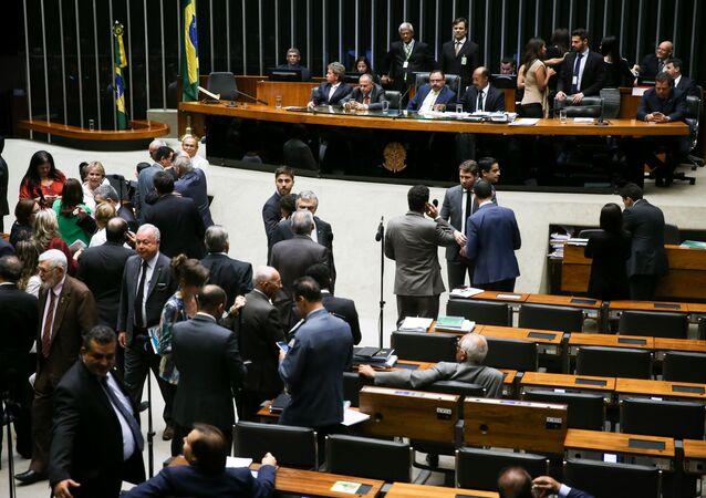 Câmara aprova DRU em 2º turno e oposição alerta para prejuízos na saúde e previdência