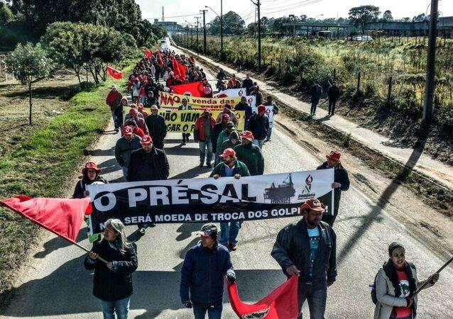 Trabalhadores marcham para denunciar o Golpe contra a democracia no Brasil – Araucária, região metropolitana de Curitiba