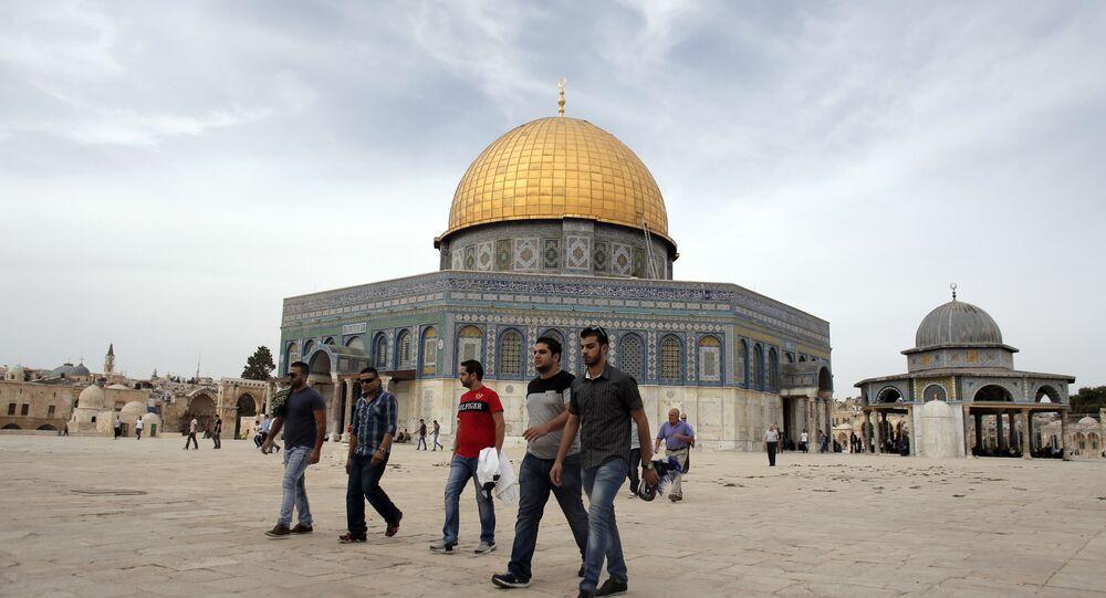 Palestinos passando pela mesquita Al-Aqsa em Jerusalém (foto de arquivo)