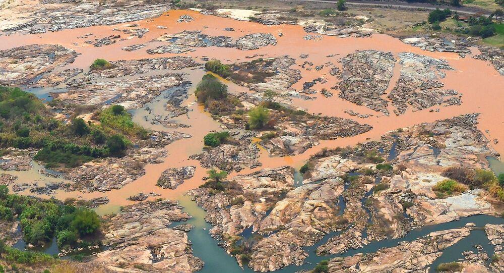 Rio Doce coberto de lama que vazou da barragem  do Fundão, em Mariana