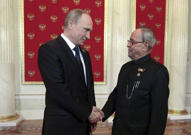 Vladimir Putin (E)  e Pranab Mukherjee, presidente da Índia