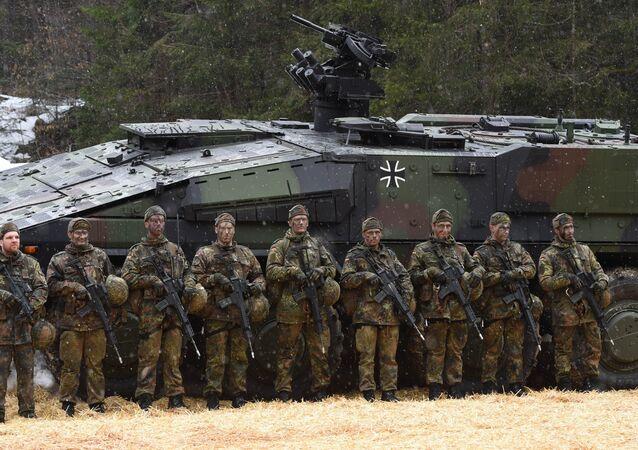Soldados alemães em frente de veículo de trasporte de tropas Boxer depois de exercícios no sul da Alemanha, 23 de maio de 2016