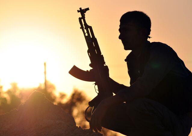 Membro de milícias curdas na cidade síria Ain Issi, 50 km ao norte de Raqqa