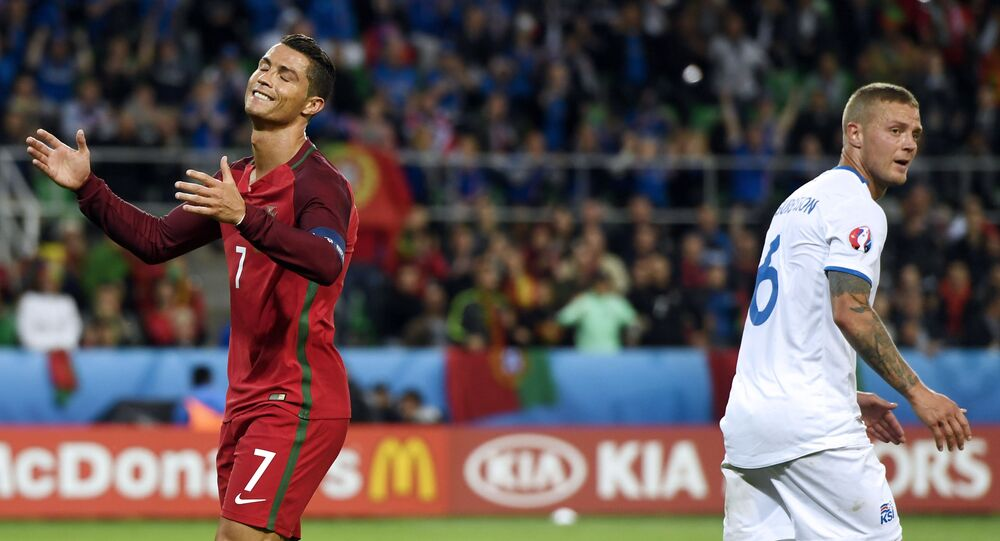 Cristiano Ronaldo e Ragnar Sigurdsson durante confronto entre Portugal e Islândia pelo grupo F da Eurocopa 2016, em Saint-Étienne