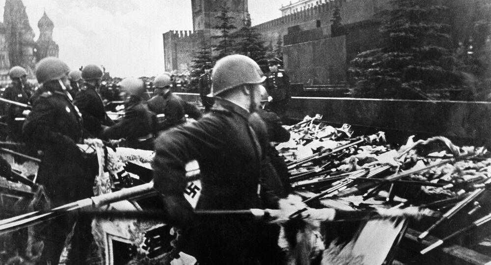 Soldados soviéticos jogam estandartes alemães durante Parada da Vitória em Moscou em 1945