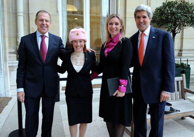 Sergei Lavrov posa ao lado de Jen Psaki (com a ushanka cor-de-rosa),  Maria Zakharova (porta-voz da diplomacia russa) e John Kerry (Secretário de Estado norte-americano)
