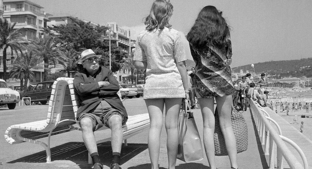 Um velho observa mulheres de saias mini, Nice, França, 1969