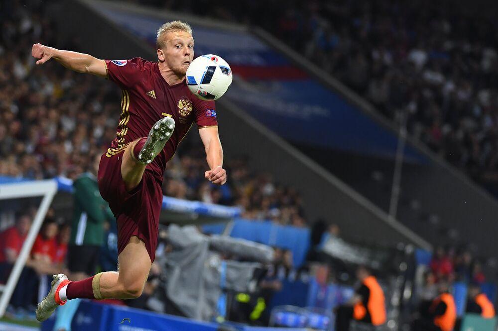 Igor Smolnikov se estica para dominar a bola