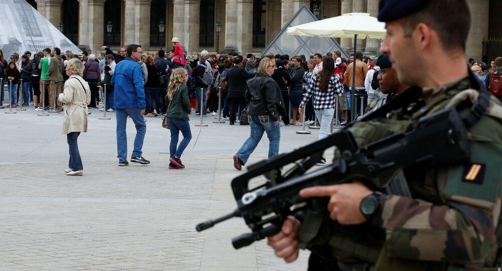 Soldados franceses patrulham movimento de turistas na entrada do Louvre, em Paris