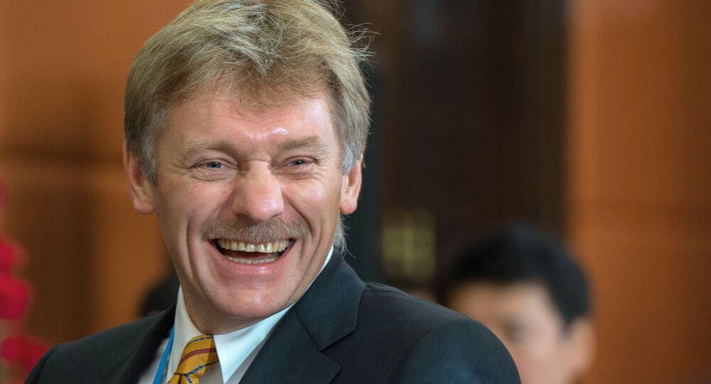 Porta-voz do presidente russo Dmitry Peskov antes da reunião da Comunidade de Países Independentes (CEI), outubro de 2015 (foto de arquivo)