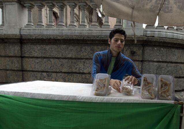 Refugiado sírio venda esfirras no Rio de Janeiro, Brasil, setembro de 2015