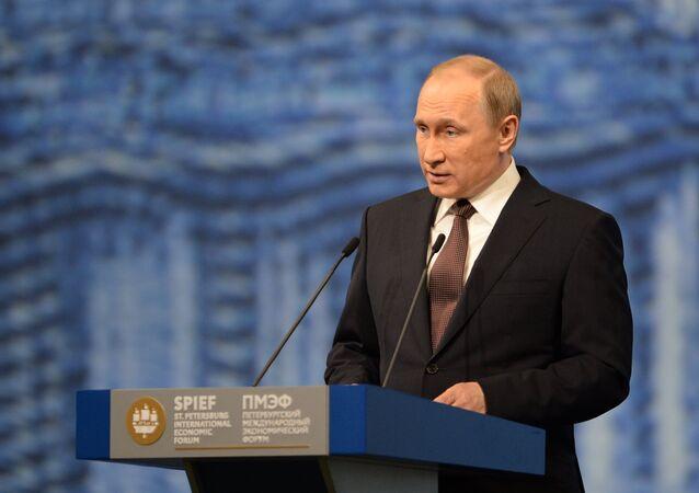 Presidente russo Vladimir Putin faz discurso no Fórum Econômico Internacional de São Petersburgo, Rússia, 17 de junho de 2016