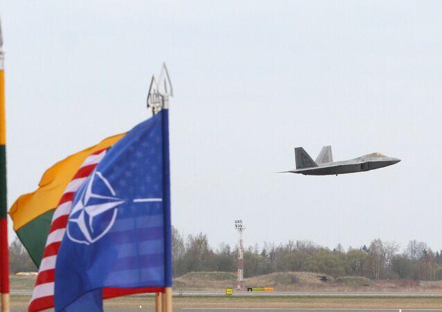 Um F-22 Raptor da força aérea dos EUA decola da base de Siauliai, na Lituânia, em 27 de abril de 2016