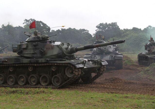 Soldados taiwaneses operam um tanque M60-A3 americano durante exercícios militares em Taiwan