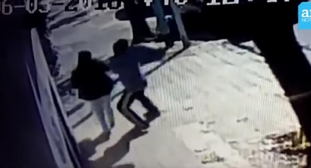 Desconhecido tenta roubar bebê em plena luz na Argentina