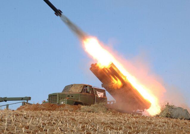 Lançador múltiplo de foguetes da Coreia do Norte (arquivo)