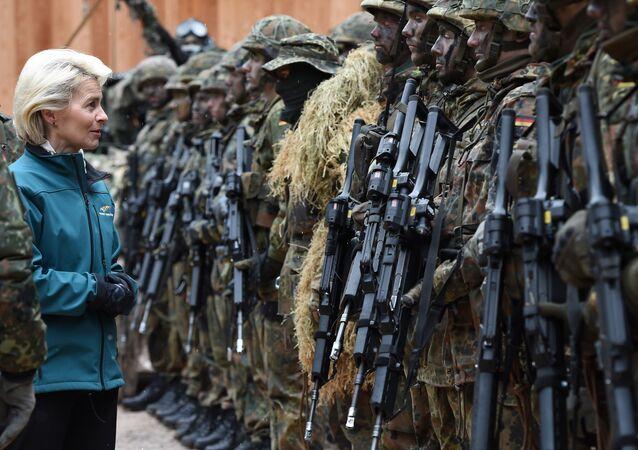 A Ministra de Defesa alemã, Ursula von der Leyen, com soldados da infantaria depois dos exercícios militares na parte sul da Alemanha, em 23 de março, 2016