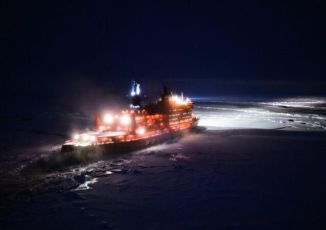 Quebra-gelo nuclear russo navegando para o Polo Norte (imagem de arquivo)