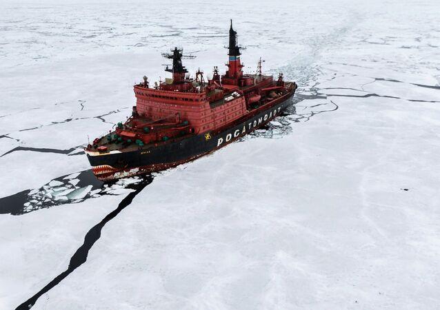 O quebra-gelo nuclear Yamal durante pesquisas no Mar de Kara, no âmbito da maior expedição mundial no Ártico, em 2015