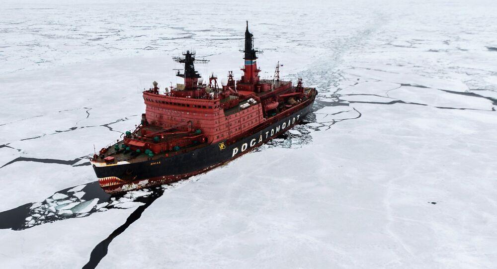 O quebra-gelo nuclear Yamal durante as pesquisas no Mar de Kara, que fizeram parte da maior expedição mundial ao Ártico