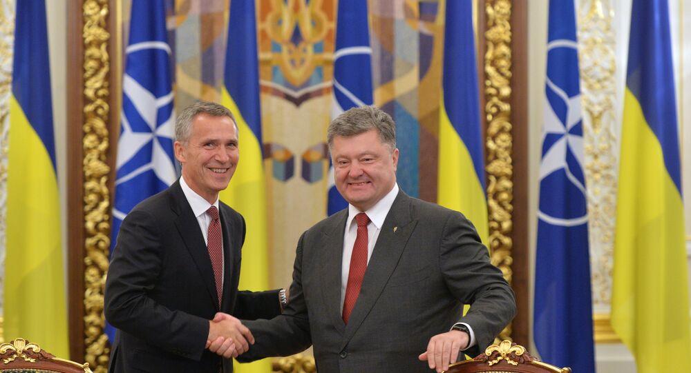 Secretário-geral da OTAN Jens Stoltenberg e o presidente ucraniano Pyotr Poroshenko durante a visita oficial de Stoltenberg para a Ucrânia, Kiev, setembro de 2015