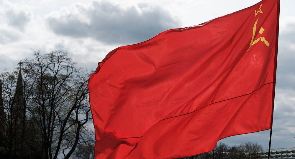 Homem com a bandeira da União Soviética na praça no centro de Moscou, Rússia (foto de arquivo)